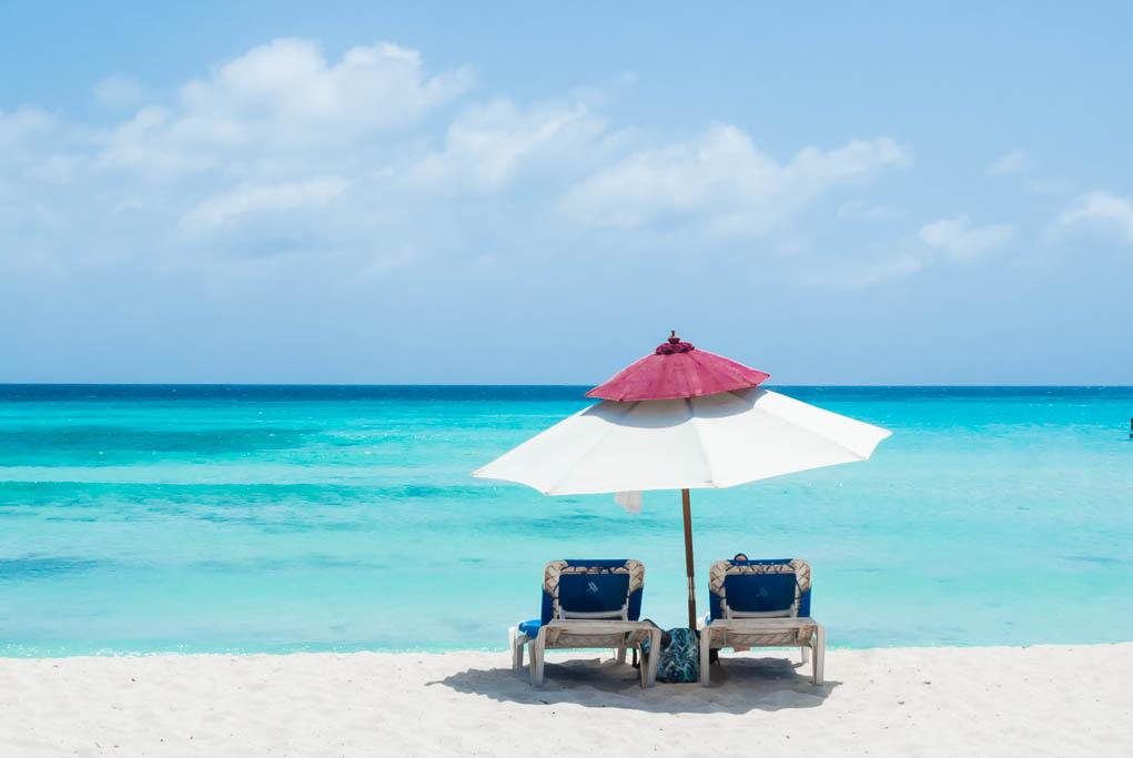 Sonnenschirm am Arashi Beach Aruba