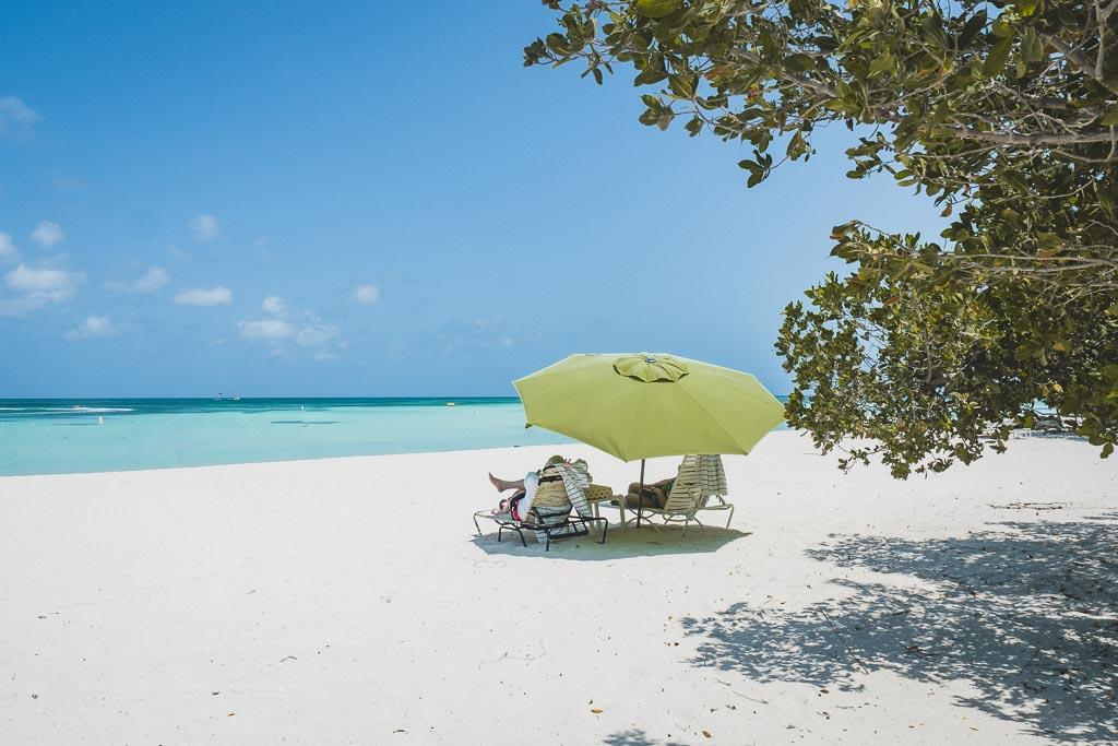 Blick auf Strand Hadicurari Beach Aruba Sonnenschirm