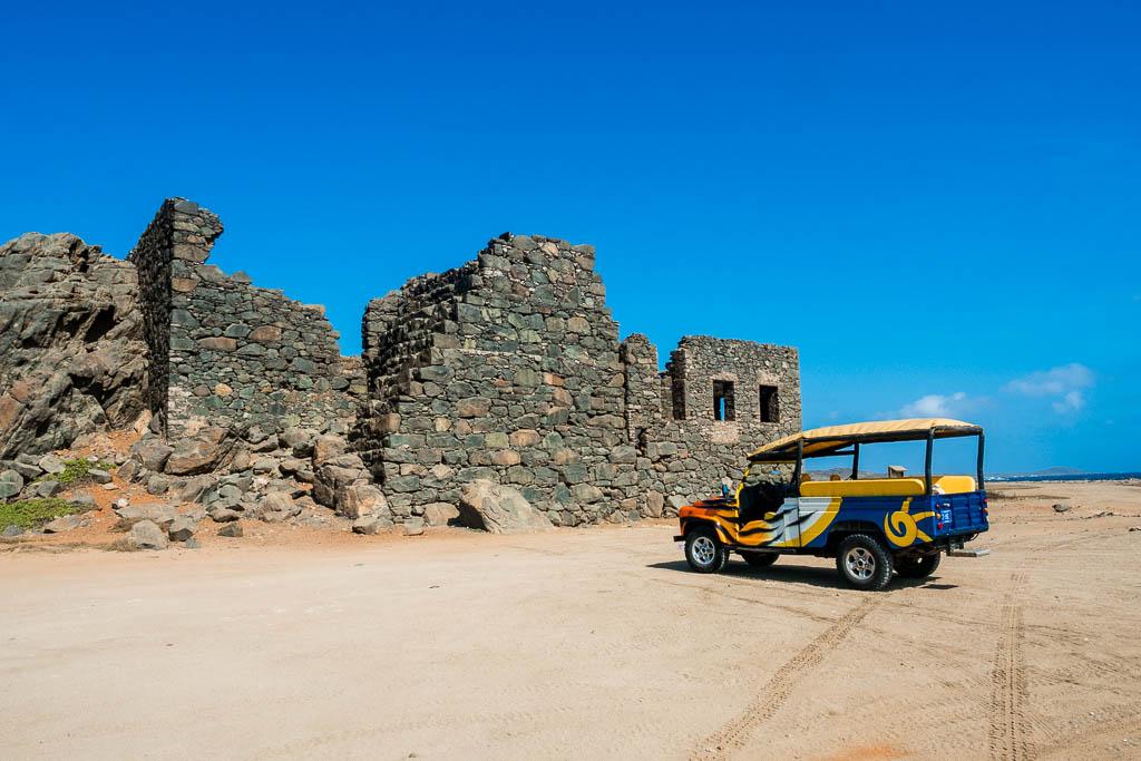 Jeep vor Bushiribana Goldmühle auf Aruba