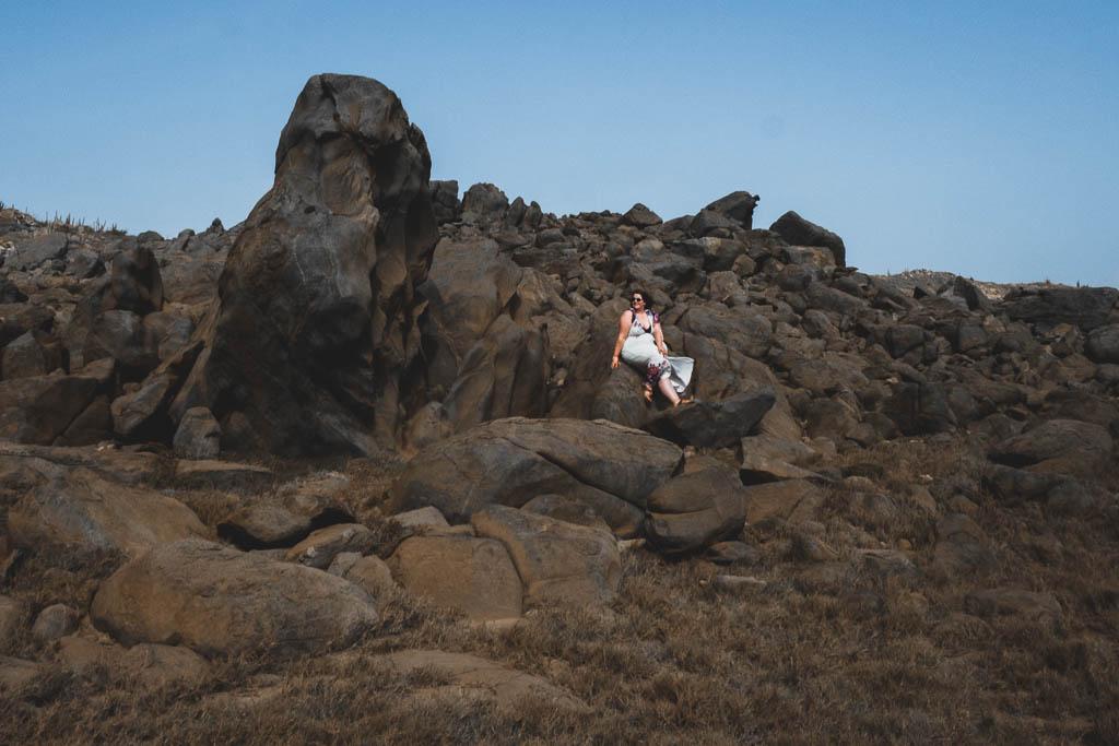 Felsen mit Frau im wilden Norden Aruba