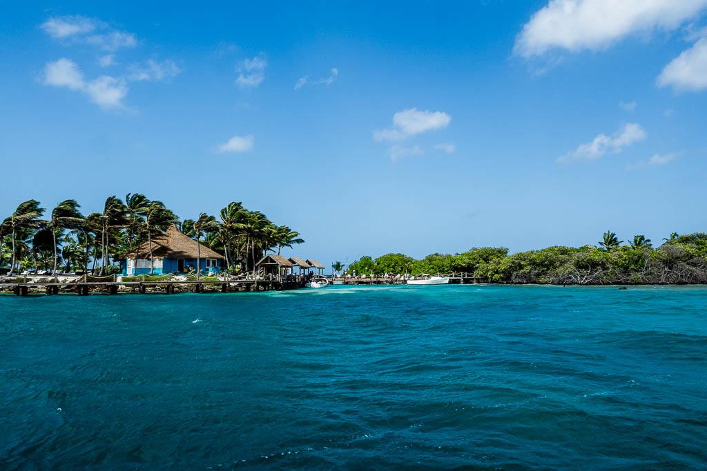 Blick vom Wasser auf Renaissance Island Aruba