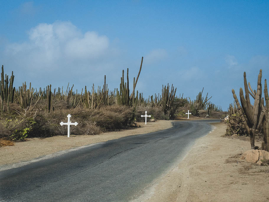 Straße zur Alto Vista Kapelle mit Kreuzen Aruba