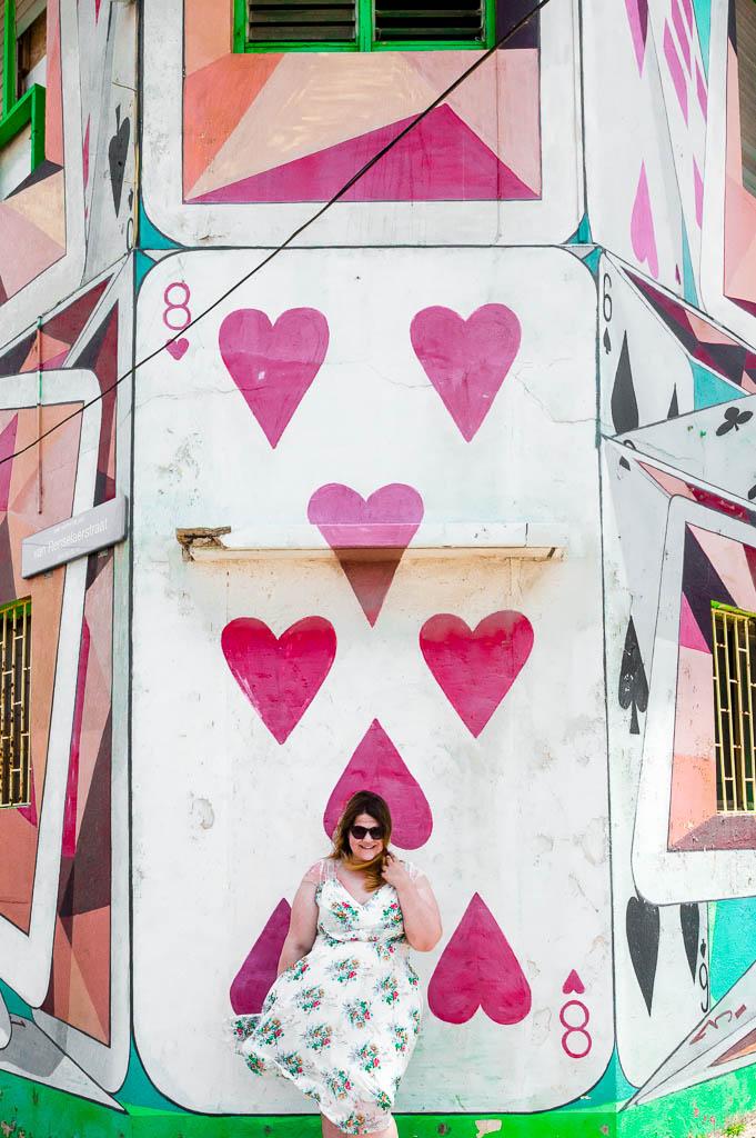 Street Art in San Nicolas Frau vor Kartenhaus Aruba