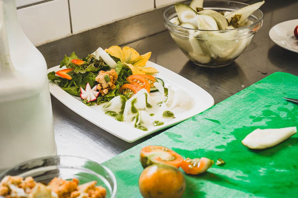 Schüttelzucchini und Schüttelkohlrabi mit frischem Salat aus dem Garten in der Küche des Flair Hotel Reuner