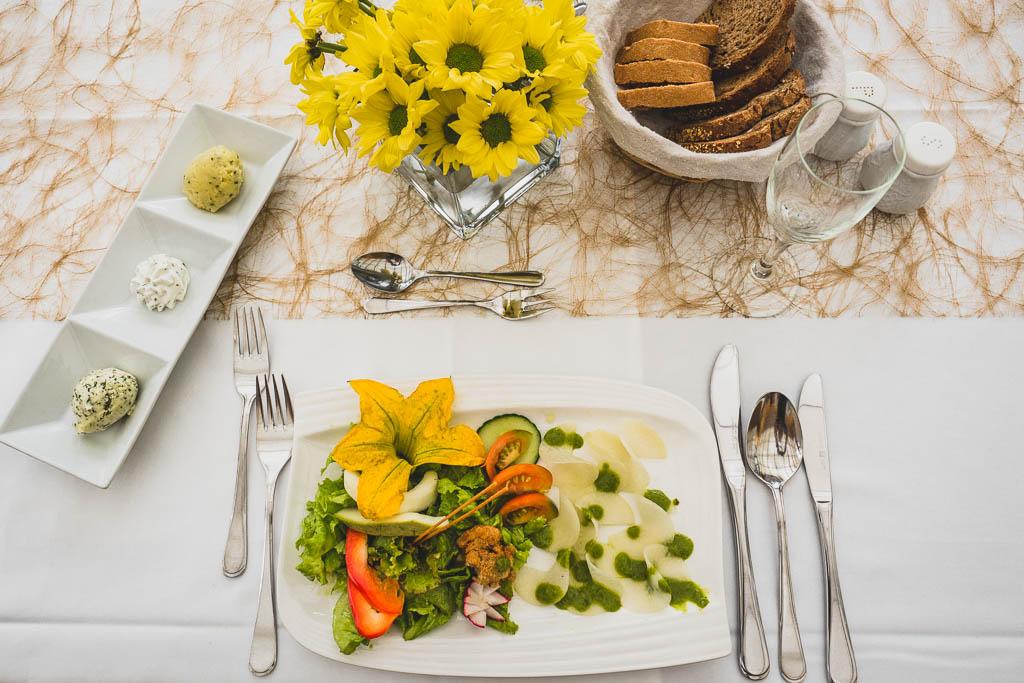 gedeckter Tisch im Restaurant des Flair Hotel Reuner mit Schüttelzucchini und Schüttelkohlrabi mit frischem Salat aus dem Garten