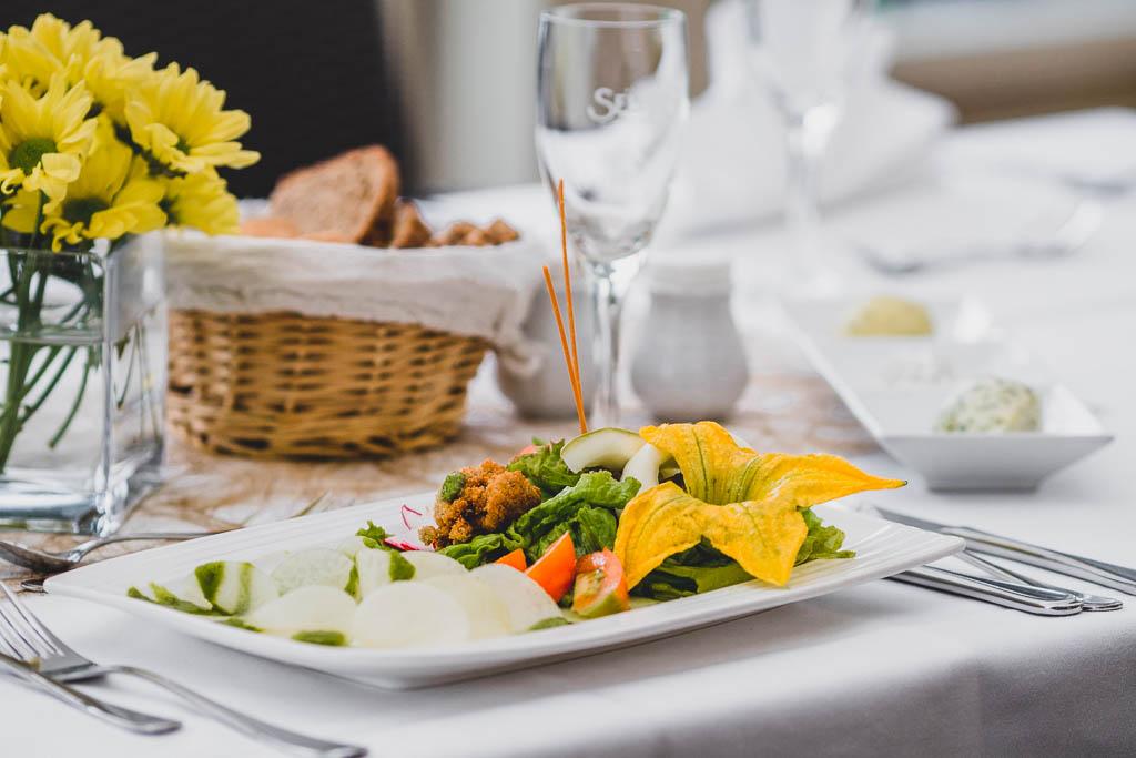 Tisch im Restaurant des Flair Hotel Reuner mit Schüttelzucchini und Schüttelkohlrabi mit frischem Salat aus dem Garten