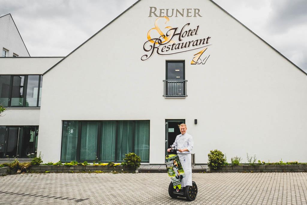 Daniel Reuner auf dem Segway vor dem Flair Hotel Reuner in Zossen (Brandenburg)
