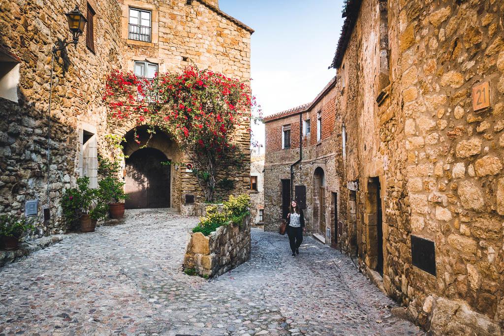 Frau läuft durch Altstadt Pals Katalonien