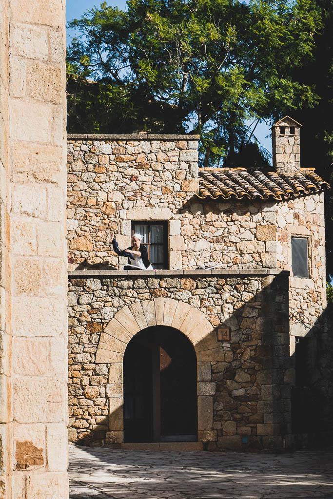 Frau hängt Wäsche auf Altstadt Pals Katalonien
