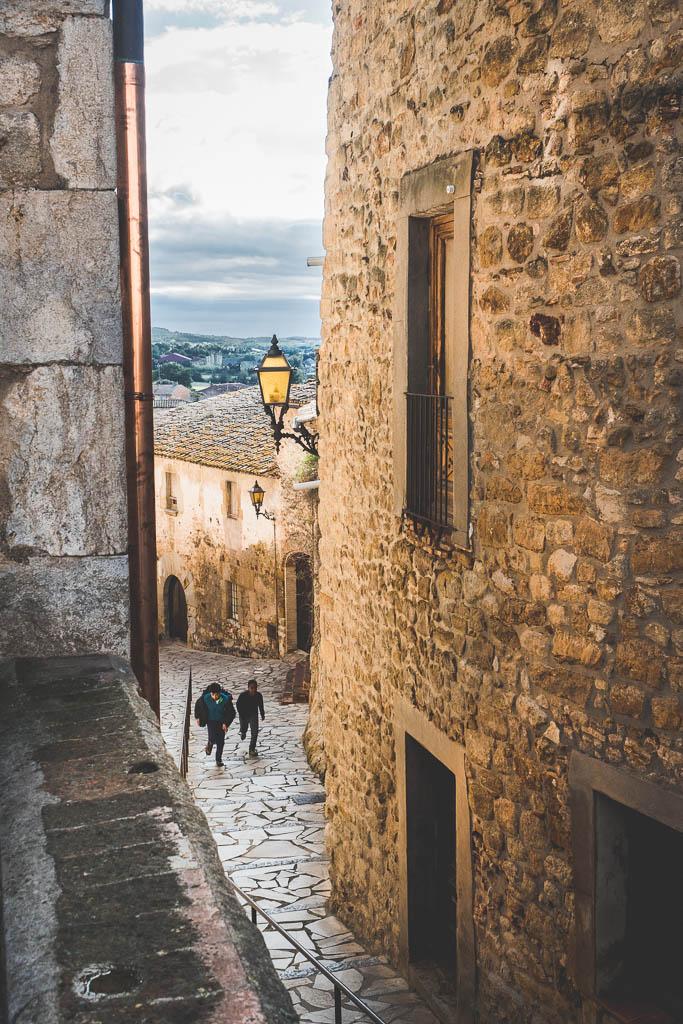 Straße in der Altstadt von Pals in Katalonien