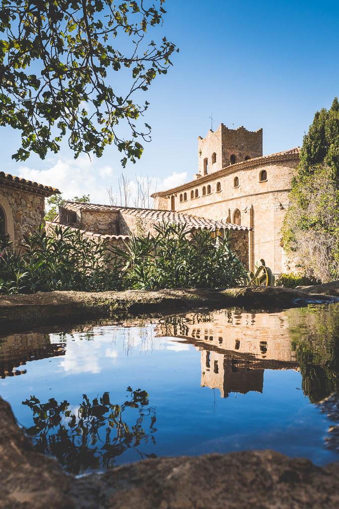 Haus spiegelt sich im Wasser Altstadt Pals Katalonien