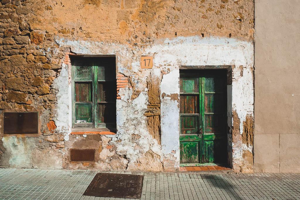 Tür in Altstadt Pals Katalonien