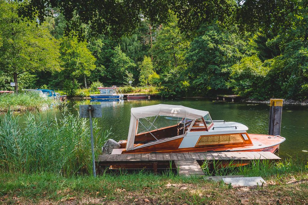 Boot im Kanal in Eichhorst Werbellinsee Brandenburg