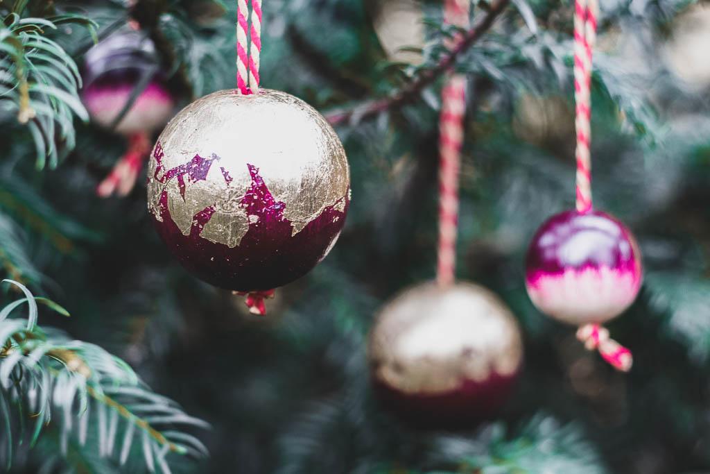 DIY selbst gemachte stabile Anhänger für Weihnachten aus Holzkugeln