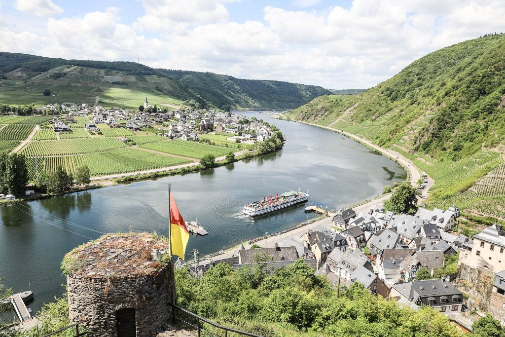 Moselfahrt von Cochem nach Beilstein in Rheinland-Pfalz Ausflug im Sommer