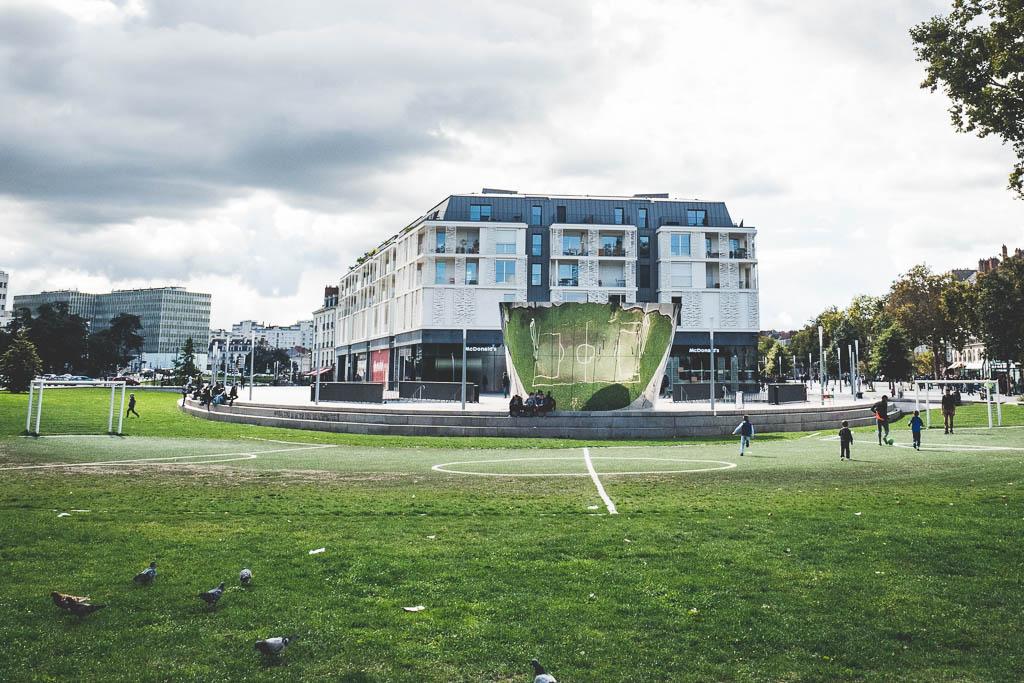 gebogenes Fußballfeld Nantes Frankreich