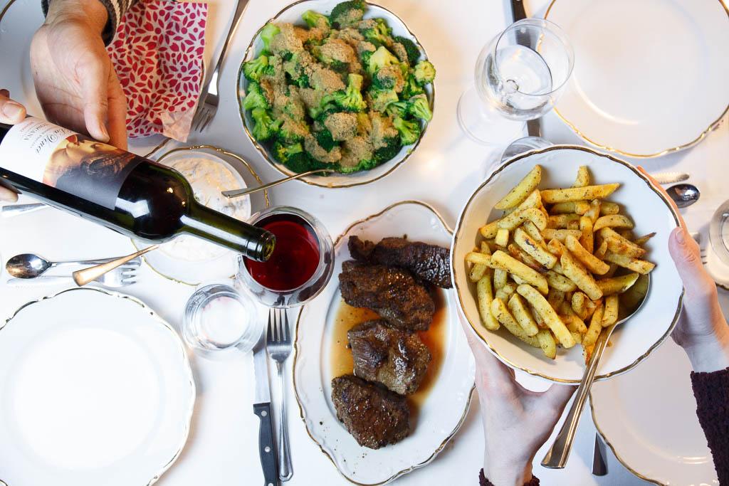 Rezept Steaks mit Sour Cream, mediterranen Pommes und Brokkoli