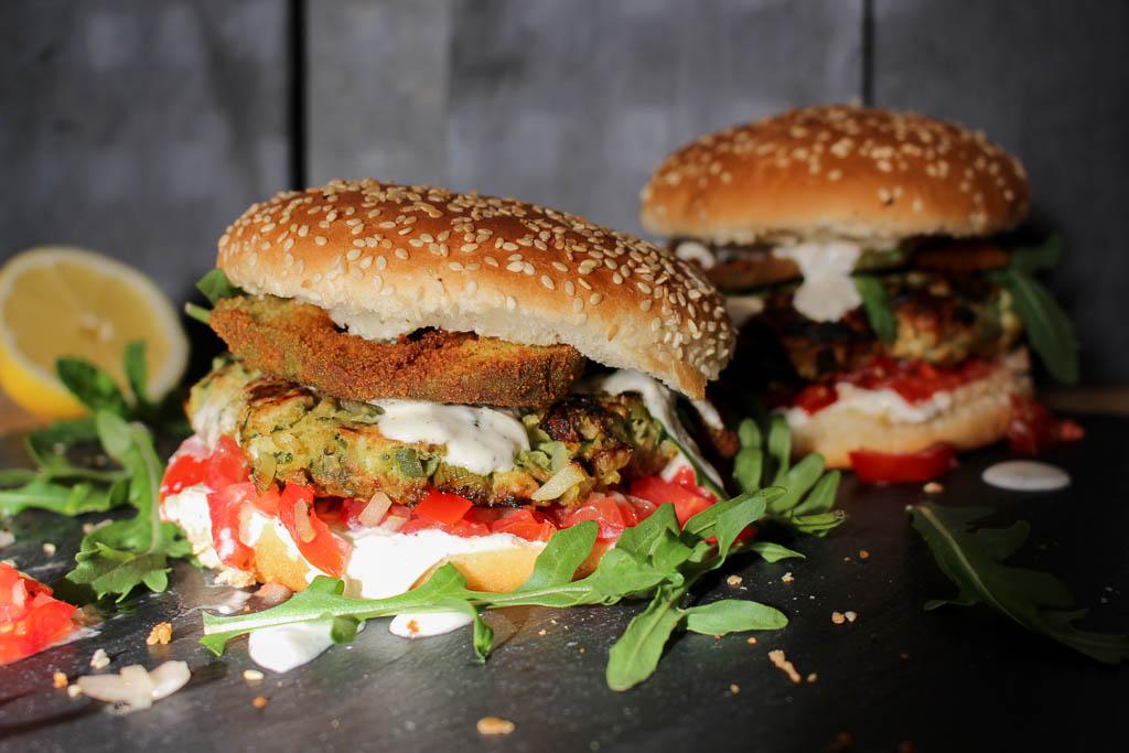 Rezept für Zucchini-Puten-Burger mit frittierter Avocado, Tomatensalat und Zitronensauce