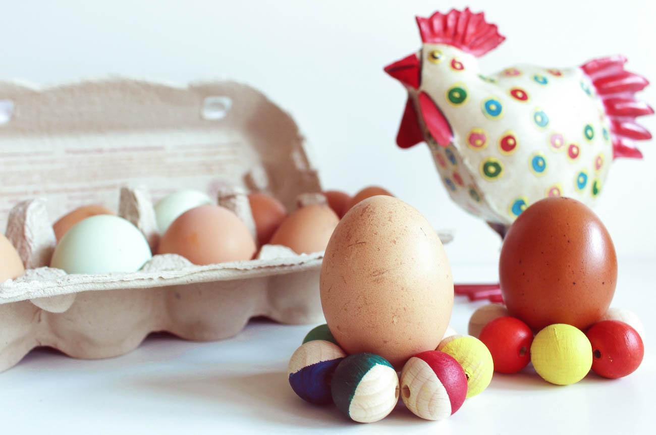 Eierbecher aus Holzkugeln DIY Anleitung für Ostern