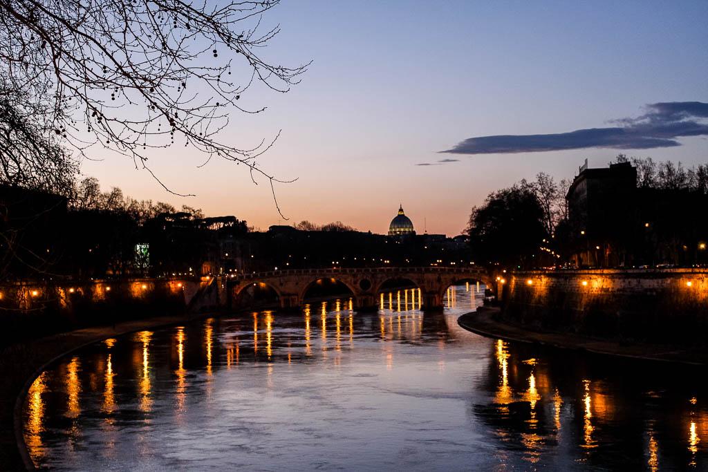 Sonnenuntergang vom Ponte Garibaldi Trastevere bei Nacht: Urlaub in Rom