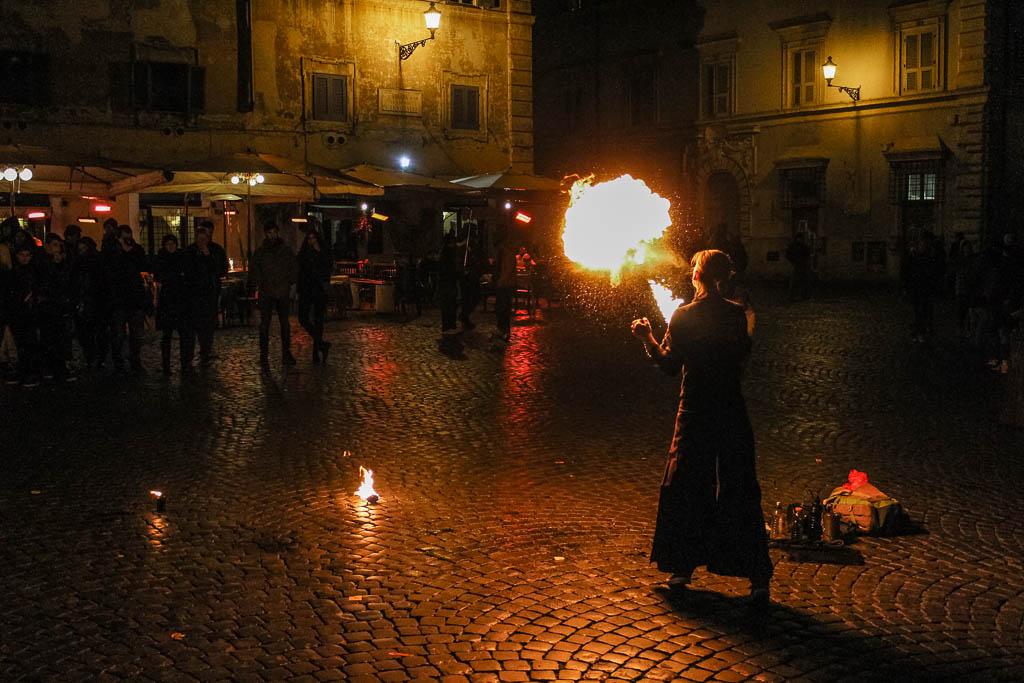 Piazza Di Santa Maria Straßenkünstler Trastevere bei Nacht: Urlaub in Rom