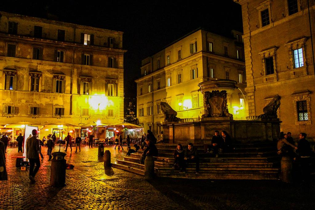 Piazza Di Santa Maria Trastevere bei Nacht: Urlaub in Rom
