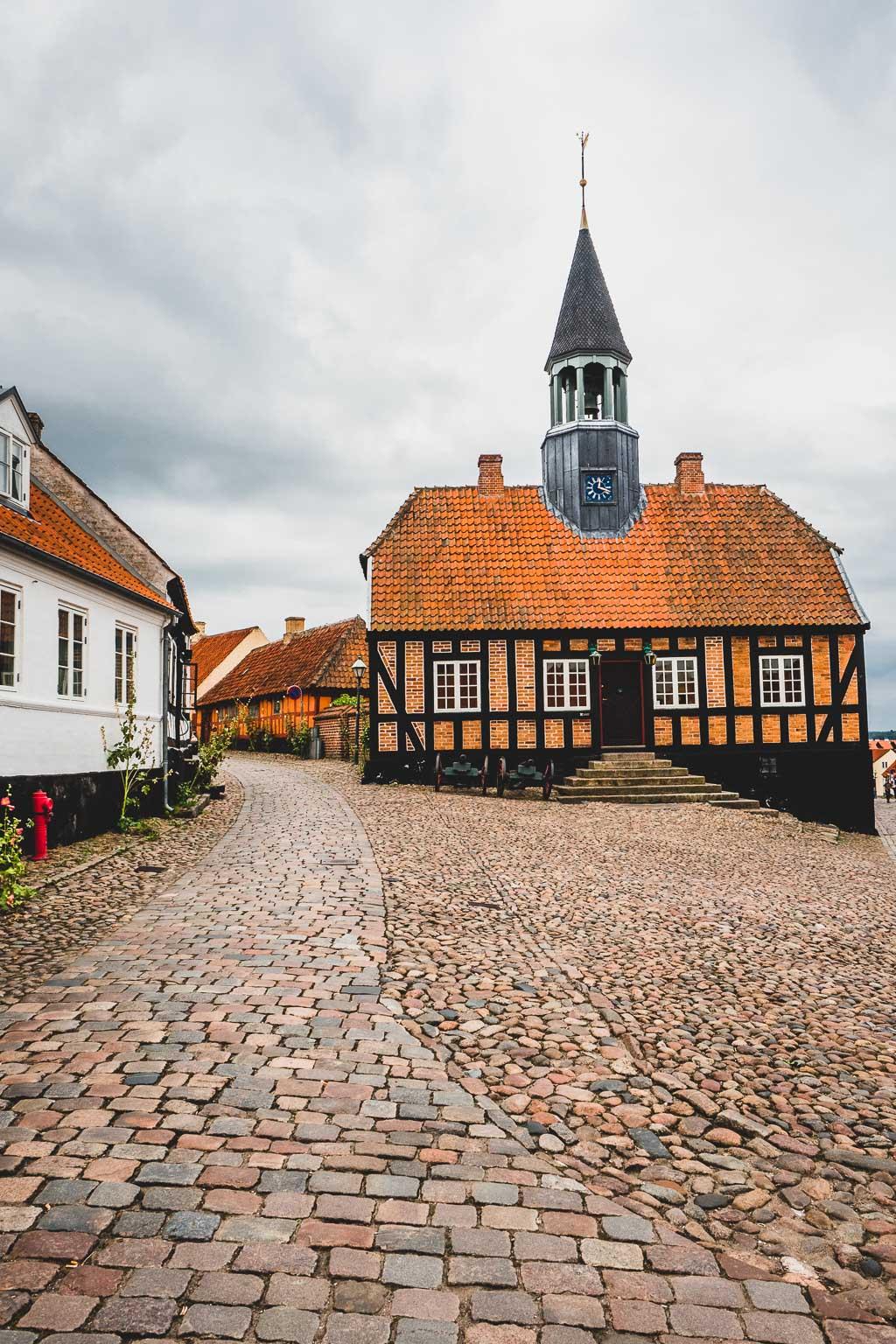 Altes Rathaus in der Altstadt von Ebeltoft Urlaub in Djursland: Ausflugsziele und Sehenswürdigkeiten rund um Ebeltoft Dänemark