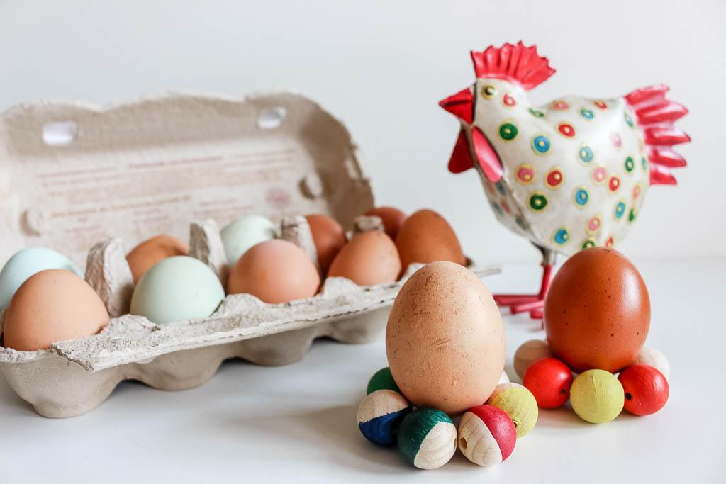 Eierbecher aus Holzkugeln: Dekoration für Ostern