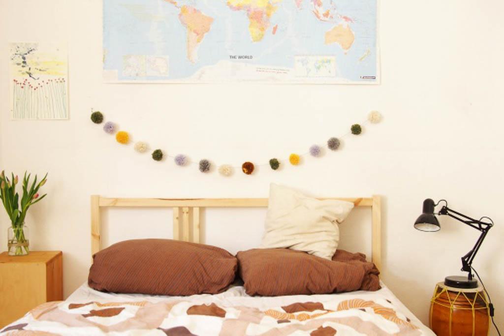 Dekoration für Ostern: Pom Pom Girlande basteln