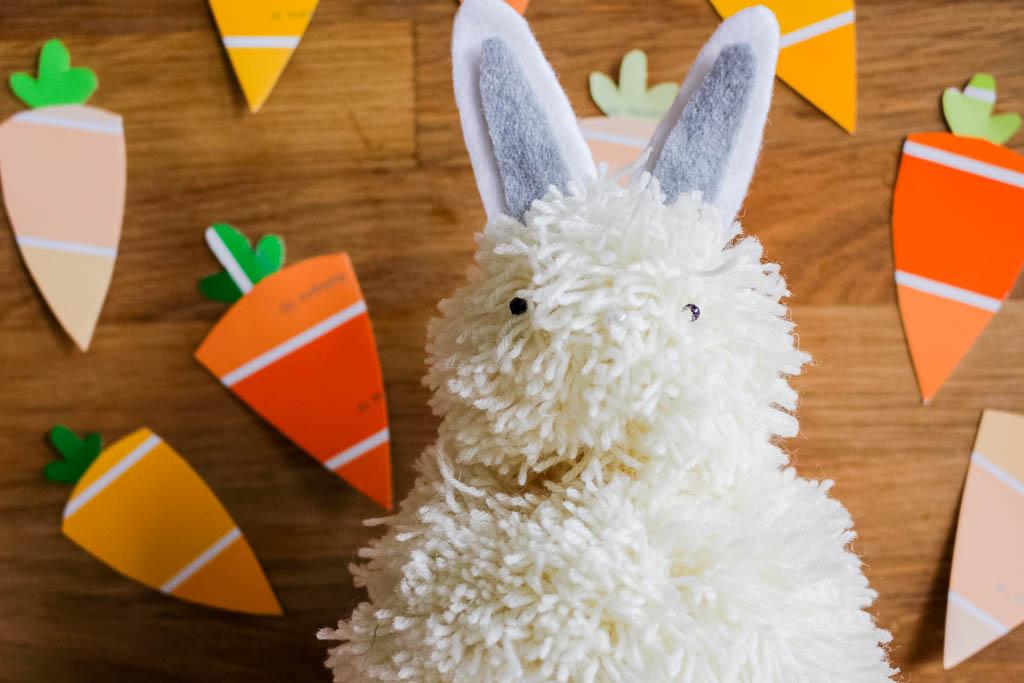 Osterhase aus Pompoms basteln: Dekoration für Ostern