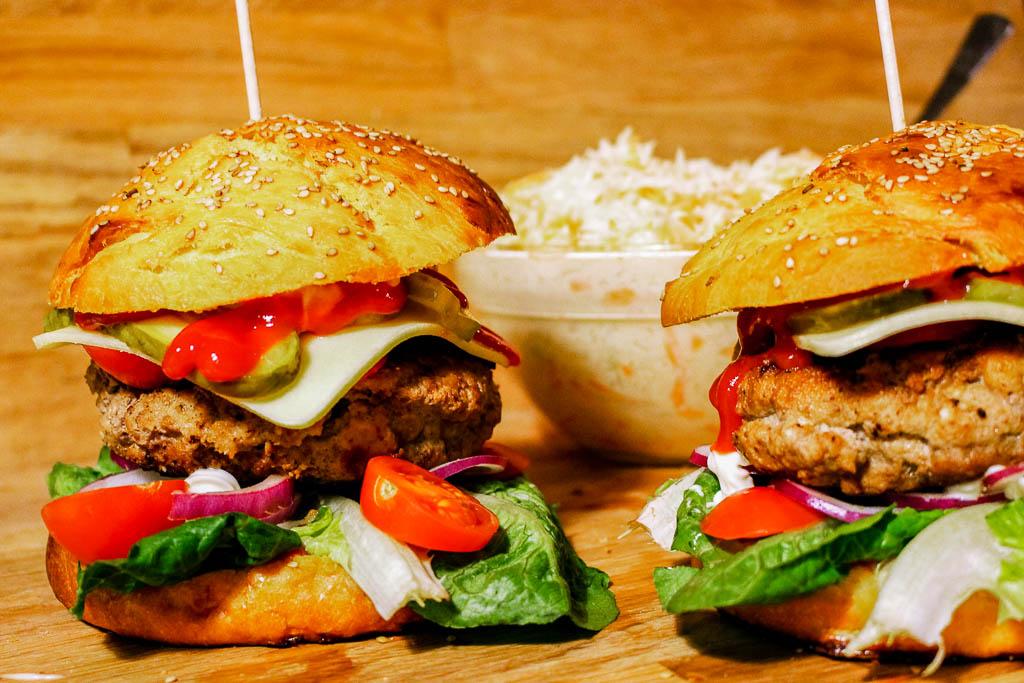 Rezept für Rosmarin-Süßkartoffel Burger Bun mit Feta-Buttermilch Bulette und Krautsalat