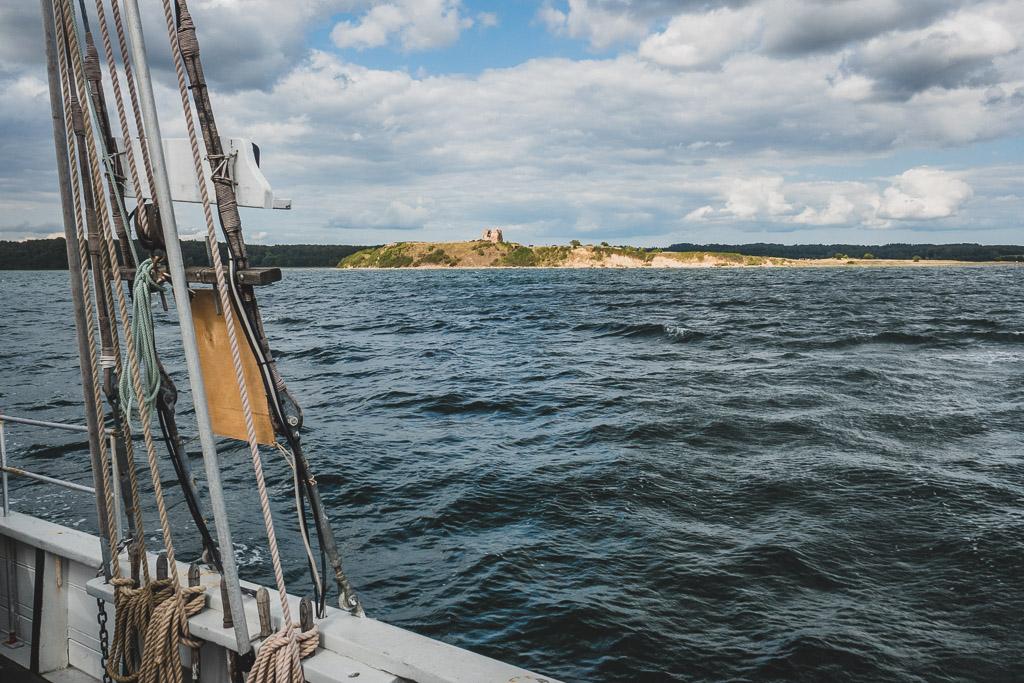 Blick auf die Schlossruine Schlossruine Kalø während der Seehundsafarie Urlaub in Djursland: Ausflugsziele und Sehenswürdigkeiten rund um Ebeltoft Dänemark