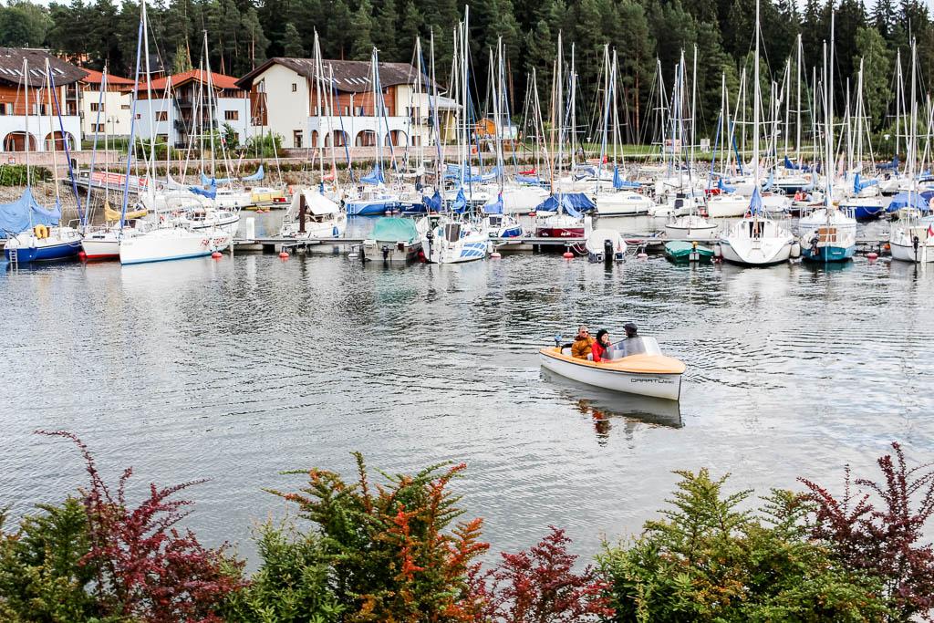 Mit dem Boot über den Lipno Stausee Besondere Aktivitäten und Abenteuer am Lipno Stausee in Tschechien