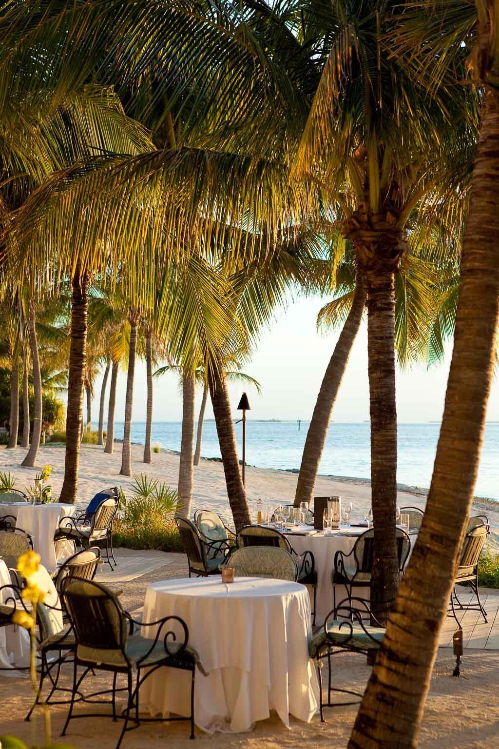Tische am Strand (c) Latitudes at Sunset Key Florida Keys