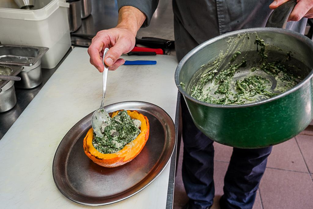 Restaurant Fliederhof im Fläming in Brandenburg: Rezept für Kürbis mit Spinat-Tofu-Füllung