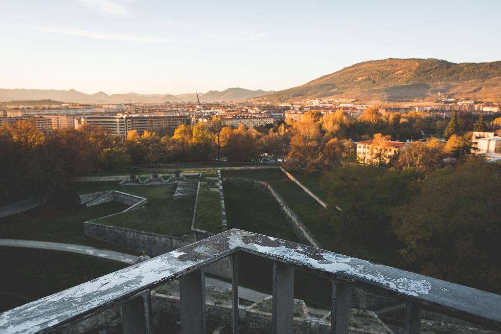 Blick von der Stadtmauer in Pamplona in der Navarra in Spanien